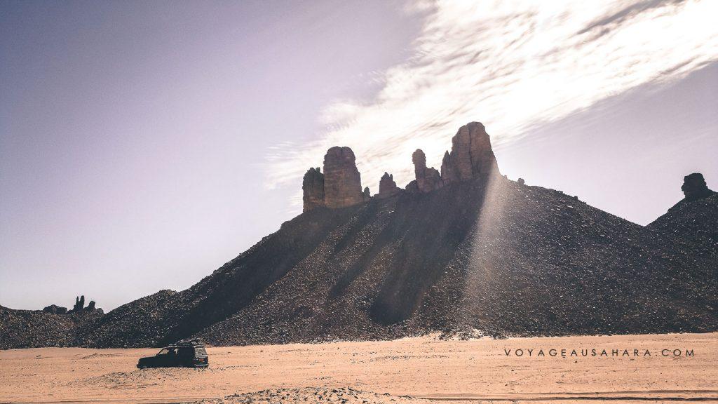 En 4x4 vers Essendilene (plateaux dans le désert du Sahara)
